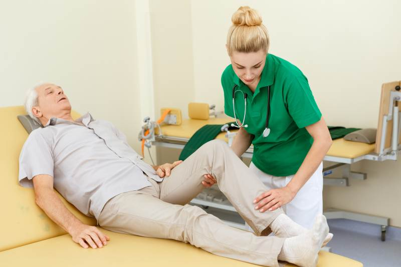 lekarz-pomoc-w-chorobach-z-układem-ruchu
